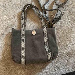 Mini väska från märket Adax äkta mocka