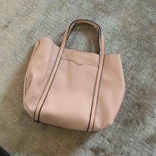 Jättesöt väska från MANGO