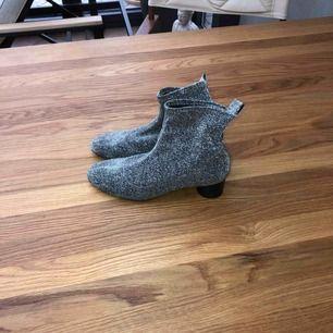 Tyg boots från Zara Köpta i höstas,använda men fina!  Normal stl 39 Pris inkluderar frakt!