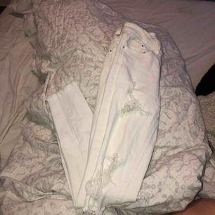 Vita låg midjade jeans med mycket slitningar