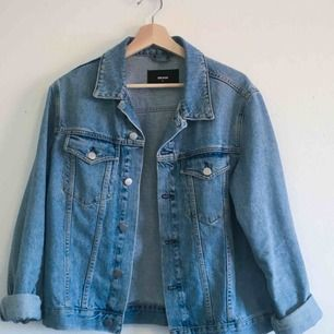 Ljusblå jeansjacka från Bikbok i storlek M. Frakten ingår!