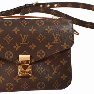 """Super fin replica av Louis vuitton väskan """"Pochette Metis"""". Köptes för ett dyrt pris!! Använd vid fåtal gånger! Säljs nu då denna ej kommer till användning 😗 Super fint skick & super kvalite!! Massor av fack, får plats med allt i väskan! 👏🏼"""