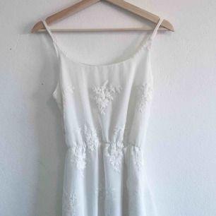 Vit klänning perfekt till skolavslutning eller student! Inköpt för 700kr men säljes billigt pga litet hål i midjan som enkelt kan sys ihop! Frakten ingår!