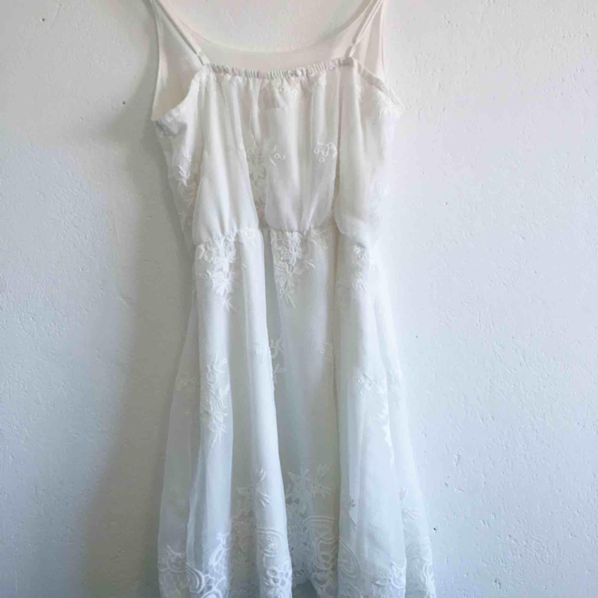 Vit klänning perfekt till skolavslutning eller student! Inköpt för 700kr men säljes billigt pga litet hål i midjan som enkelt kan sys ihop! Frakten ingår!. Klänningar.