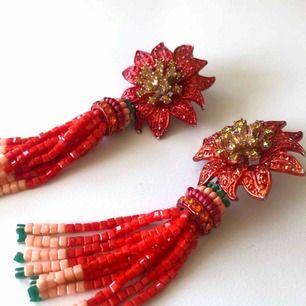 - H&M trend - fest röda örhängen, blomma - inte för tunga gör örat - perfekt till sommaren
