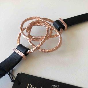 Dansk smykkekunst Copenhagen - guld armband med läger band (vet ej om äkta) - säljer endast pga för smal handled...  - helt ny