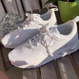 Säljer mina superfina Nike air skor, enbart använda en gång. Säljes pga att dom är lite för små för mig, fick dom i present inhandlades i London. Inga skador osv i nyskick.
