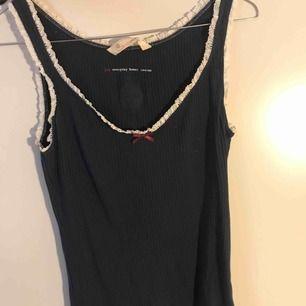 Ribbat Odd Molly linne i väldigt bra skick. Använts ca 2-3 gånger. Säljer pga inte min stil.  Köpt för 595kr men säljer för 120kr Storlek: S  Kan mötas i Stockholm ❣️