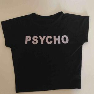 En mag T-shirt som är väldigt snygg på, den är tajt och knappt använd. Står ingen storlek på den men den är som en S, sitter väldigt bra på!