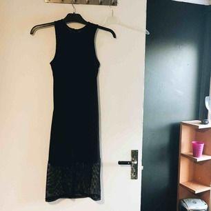 Fin klänning med nät längst ner, och en bit på ryggen! 🦋 Köptes i USA. I mycket bra skick, har bara använt den en gång. Möts upp i Växjö eller fraktar!