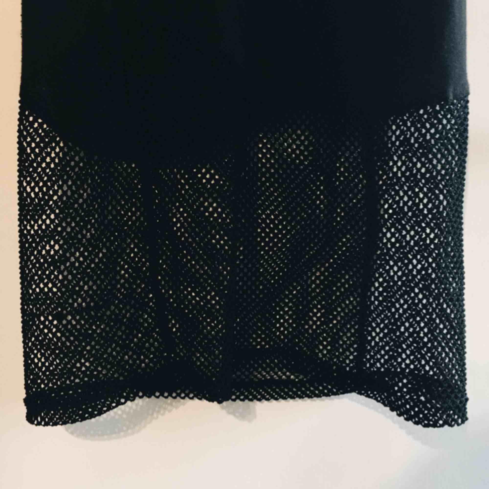 Fin klänning med nät längst ner, och en bit på ryggen! 🦋 Köptes i USA. I mycket bra skick, har bara använt den en gång. Möts upp i Växjö eller fraktar!. Klänningar.