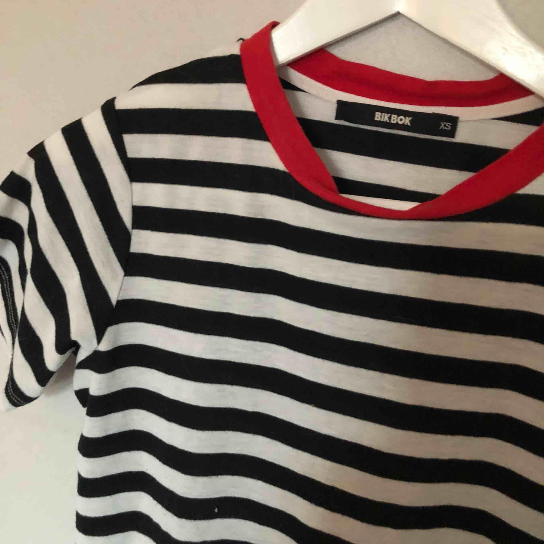Randig t-shirt från bikbok, fint skick!!. Toppar.