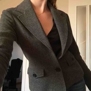 Säljer min fina utomhuskavaj. Den är figursydd, i ull och har även en insida klädd i ett ljusrosa sidenliknande material. Älskar den men den är för liten för mig idag. I gott skick! Skriv om ni vill ha fler bilder :) Möts gärna upp i Stockholm😘
