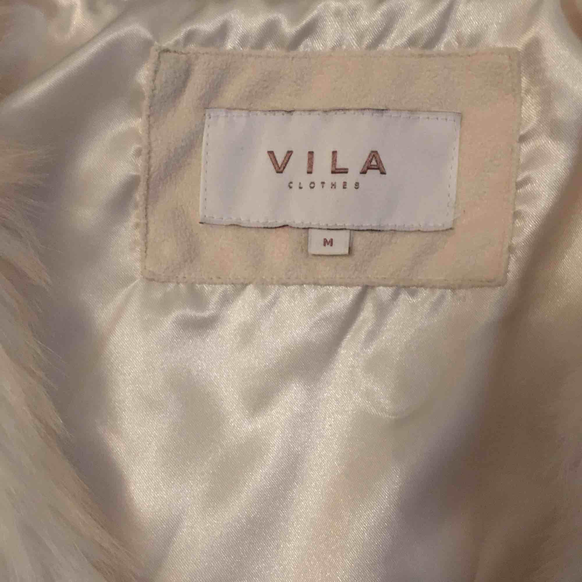 Helt oanvänd fejk pälsväst i vit, väldigt fräsch och snygg med jeans. . Övrigt.