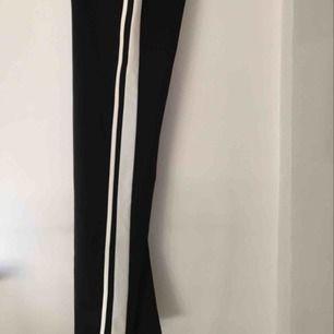 Trackpants från ginatricot svarta med två vita räder