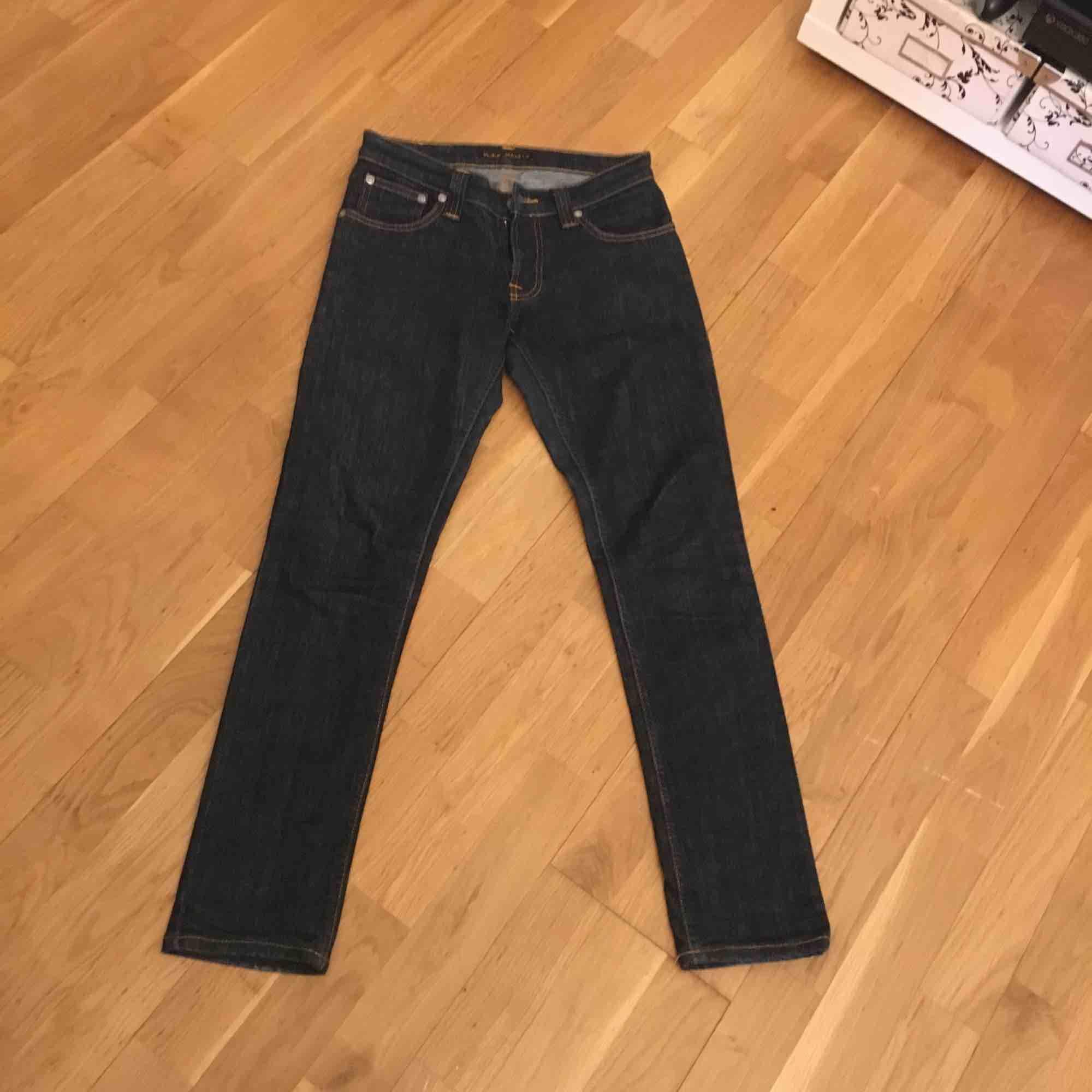 nudie jeans tight long john demin strech .  Mörkblåa knappt använda . Nypris 1200  vid snabb köp fri frakt . Jeans & Byxor.