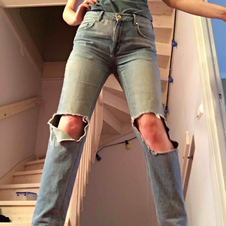 Jeans i storlek M från Bik Bok köpta för ett tag sen och sedan handmålade av mig. (Bör tvättas handtvätt  om vi vill behåll trycket. Eller om ni vill ha bort färgen går den nog att gnugga bort men har inte vågat pröva..). Jeans & Byxor.