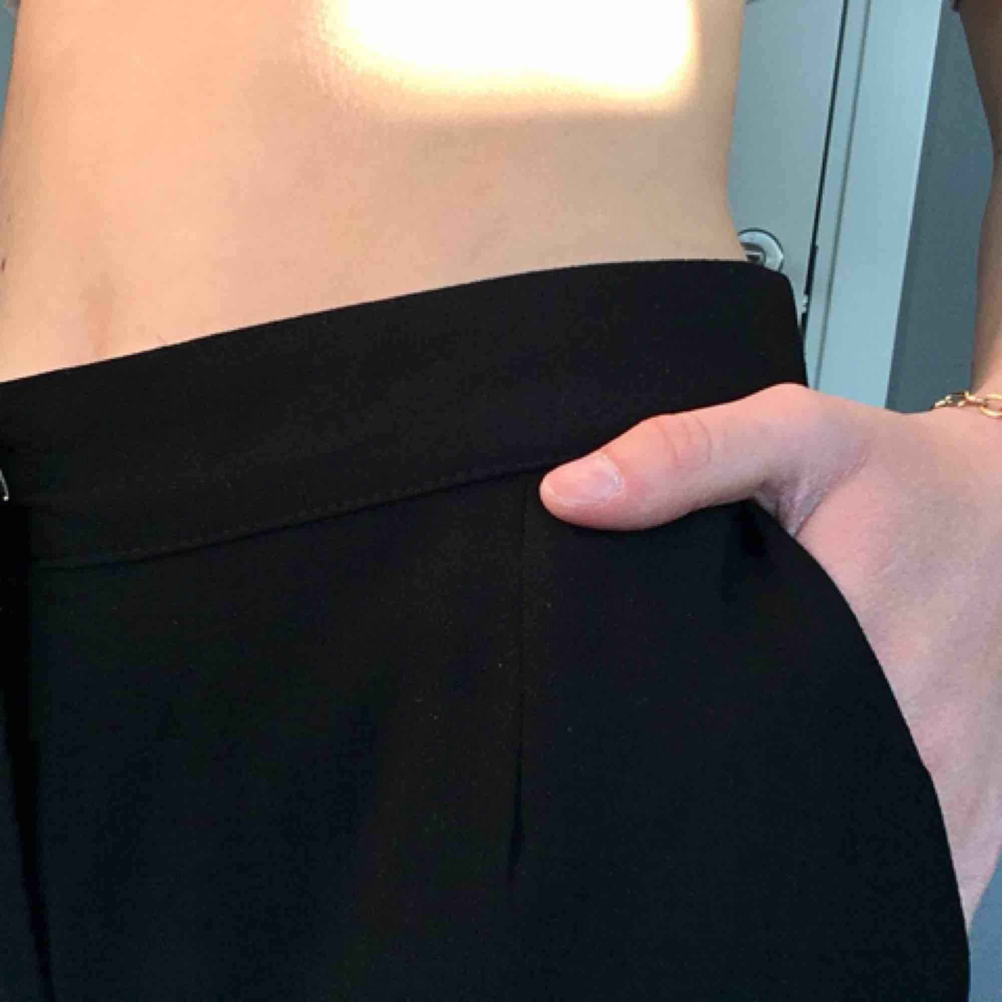 Skitsnygga byxor från Nelly, de heter my favourite pants om ni vill kolla upp dem(: de är oanvända, köpte dom till nyår men de är tyvärr för långa för mig därför säljer jag dom!  Byxorna är tajta upptill men raka nedtill. Köparen står för frakten . Jeans & Byxor.