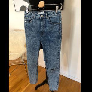 Jeans, washed denim i stuprörsmodell samt höga i midjan. Mycket stretchigt material som formar fint, hål vid ena knät.    Storlek 38.  Skickas mot fraktkostnad 79kr