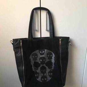 Väldigt stor och rymlig väska! Man kan lägga till ett band om man vill, det får man inte med. Den har 2 fickor inuti och 1 ficka med dragkedja. Väldigt fint skick, inte mycket använd!