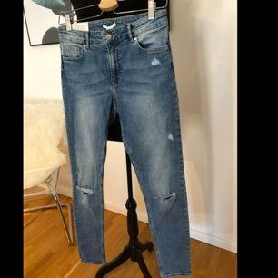 Slitna jeans från H&M i stuprörsmodell. Höga i midjan. Storlek 38.  Skickas mot fraktkostnad 79kr