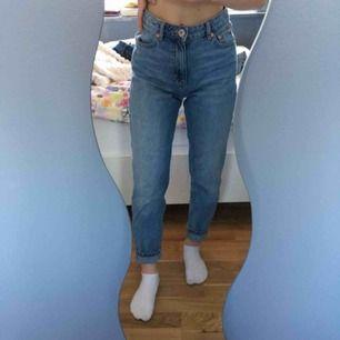 Mom-jeans från Lager 157. De är använda ett fåtal gånger, säljer pga förstora i midjan för mig. Jeansen är inte speciellt långa utan passar mig som är 165 perfekt.