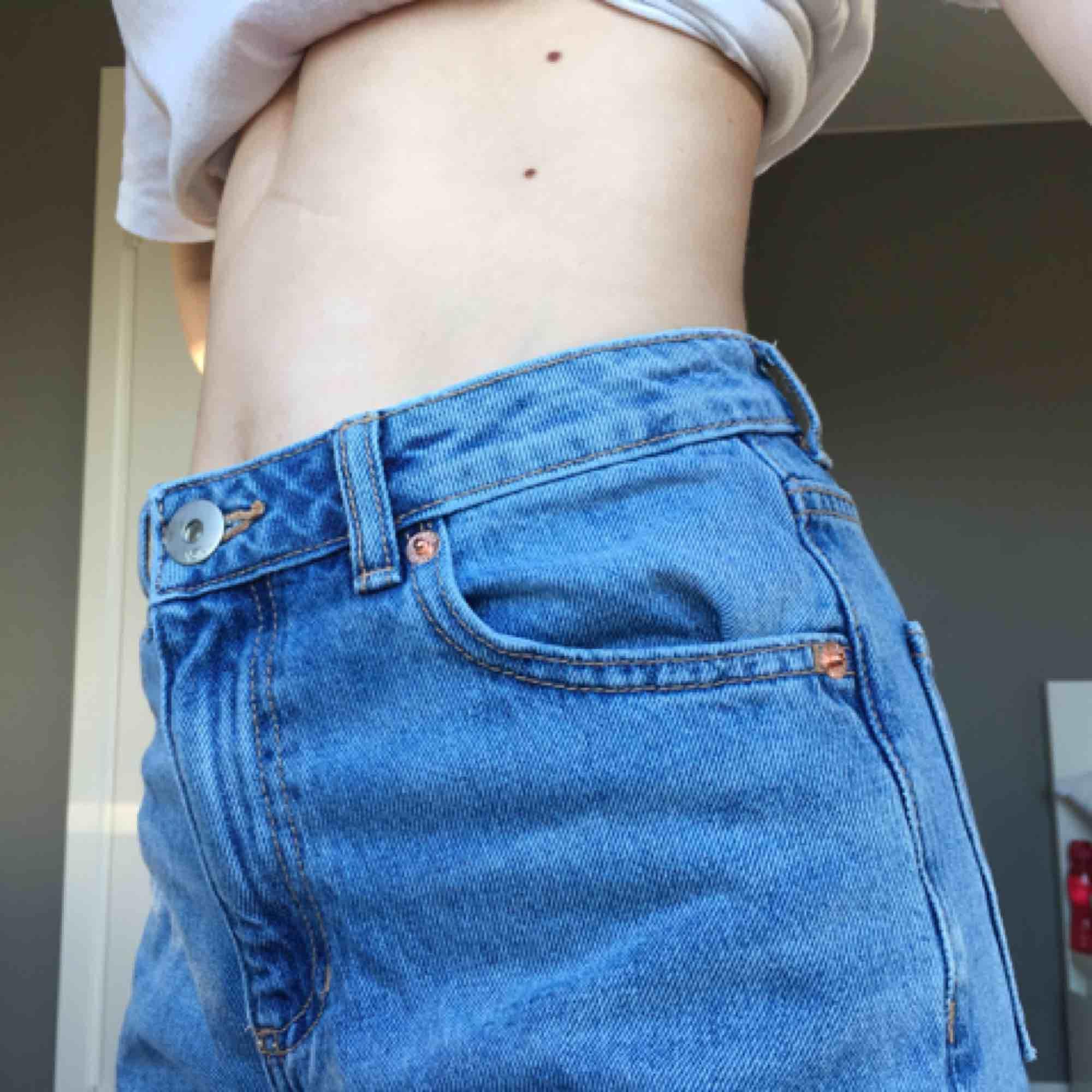 Mom-jeans från Lager 157. De är använda ett fåtal gånger, säljer pga förstora i midjan för mig. Jeansen är inte speciellt långa utan passar mig som är 165 perfekt. . Jeans & Byxor.
