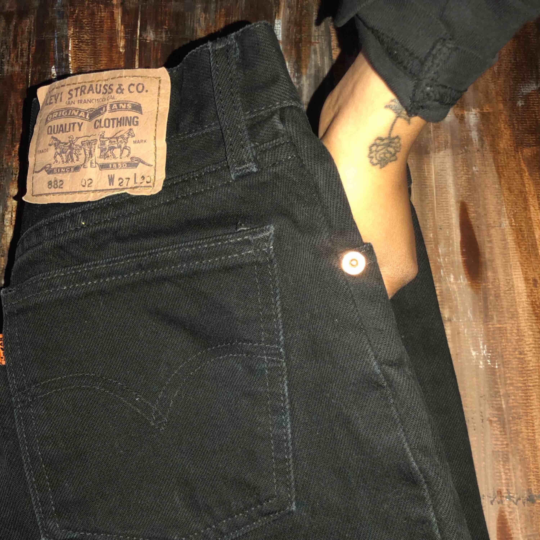 Skiitsnygga svarta Levis som tyvärr blivit för små, höga i midjan och smala nertill, momjeans stil . Jeans & Byxor.