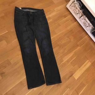 Lee jeans bonnie mörkblåa str m straight  Bjuder på frakt vid snabb köp
