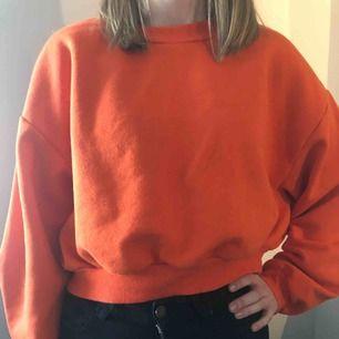 En orange kroppad college tröja. Jag har använt den några få gånger som en oversized tröja ( köparen betalar frakten)