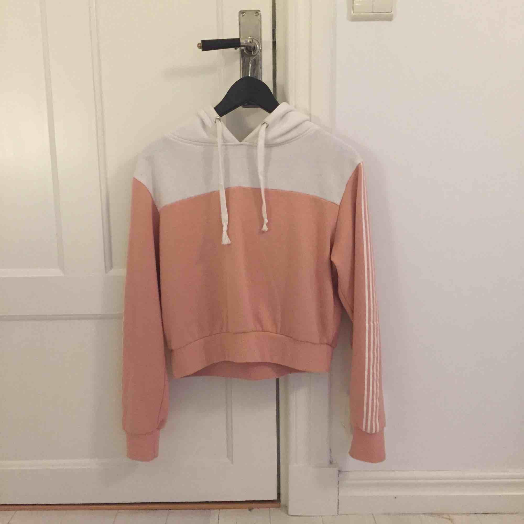 Rosa hoodie från Bik Bok, använd ett fåtal gånger och är köpt för 300kr. Eventuell frakt betalar köparen👌🏼 . Huvtröjor & Träningströjor.