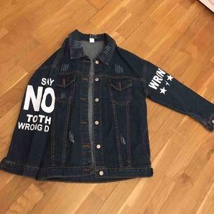 Unik jeans jacka .  Say no the the wrong deal på armen