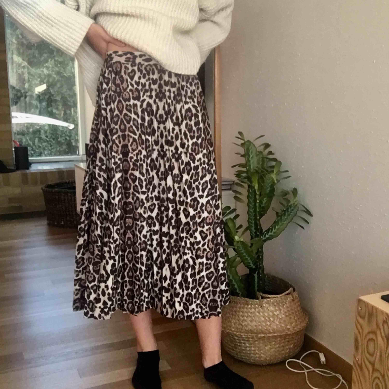 29 KR FRAKT! Sjukt snygg och trendig kjol! Använd ca 4 ggr, nästan i nyskick. Säljer pga för stor. Passar de som har s på byxor. Inga skador. Fler bilder eller frågor? Bara att kontakta💞. Kjolar.