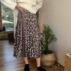 Sjukt snygg och trendig kjol! Använd ca 4 ggr, nästan i nyskick. Säljer pga för stor. Passar de som har s på byxor. Inga skador. Fler bilder eller frågor? Bara att kontakta💞