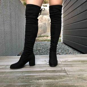 Lårhöga boots i sammet med praktisk knytning baktill. Aldrig använda! Säljer för mina fötter är lite för stora. Mina mått är: Över knäna 39 cm. Vad 34 cm. Fotlängd 24 cm. Fotbredd 9 cm. Köparen står för frakt kan annars mötas i GBG.