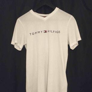 Vit Tommy Hilfiger T-shirt från KidsBrandStore. Storlek 152/164 som motsvarar XS, dock ganska stor i storleken. Använd max 3 gånger, eventuell frakt betalas av köparen👍🏼