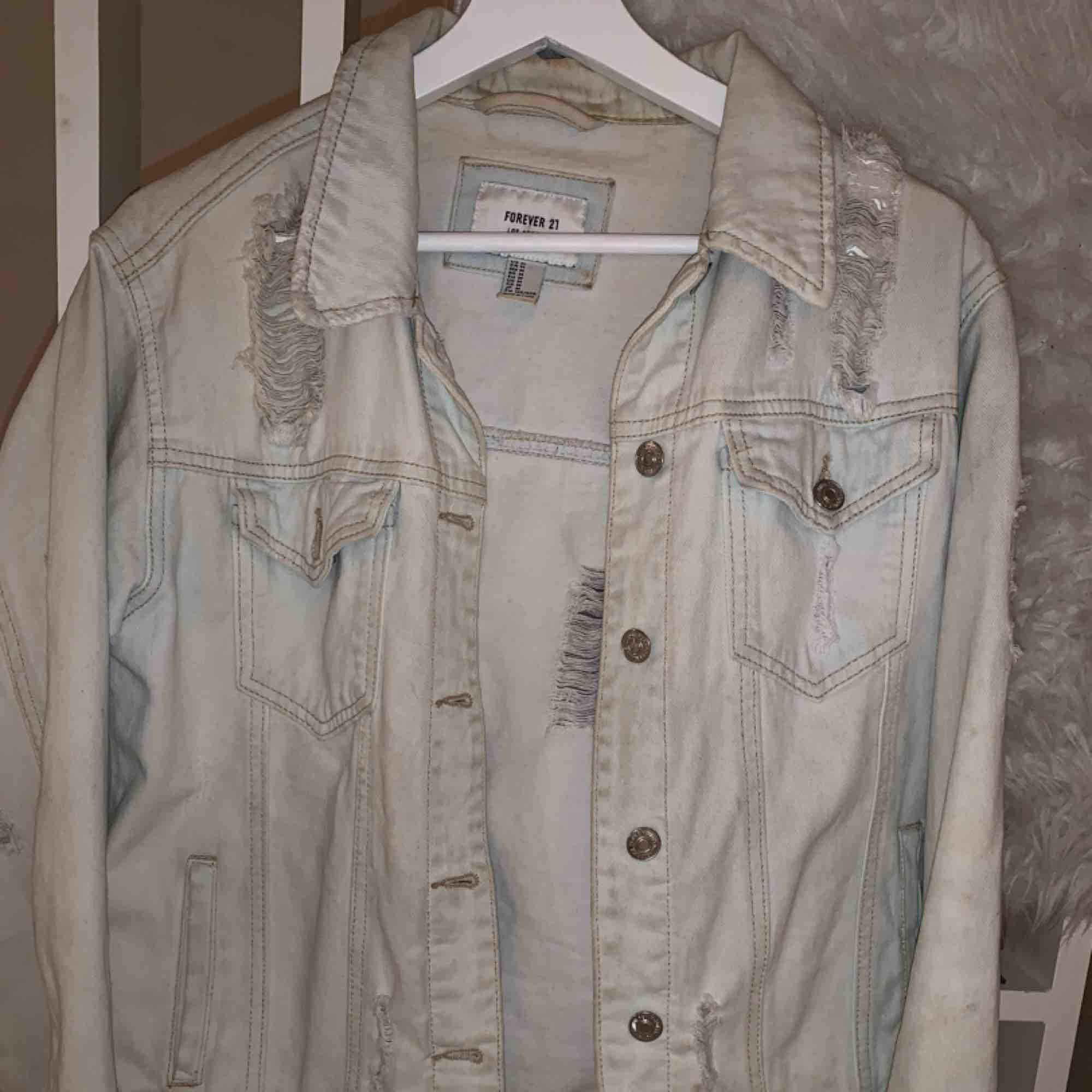 Jeansjacka från forever21 i ljus tvätt samt med slitningar. Köpt för 1 år sedan men prioriteras ej då jag har andra jeansjackor. Köpt i storlek M för att få den oversized är vanligtvis en XS/S. Jackor.
