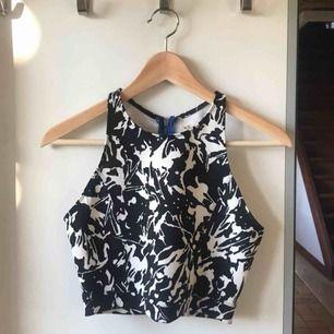 Asball topp från Hollister i ett våtdräktsliknande material (matchande kjol finns). Köpare står för frakt, kan även mötas upp i lund/malmö/hörby!