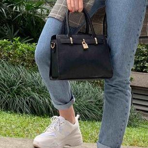 Väska från chiquelle. Köpt för ca 400-500! Säljes för att den blivit ersatt av andra väskor! Kommer även med ett långt band! ☺️