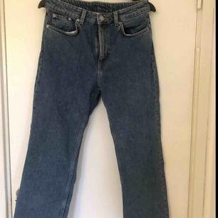 """Ett par jeans från weekday i modellen voyage i färgen """"Voyage Classic"""" använda ca 2 gånger då jag insåg snabbt att de ej var min stil. Köparen står för frakten. Köpta för 500kr"""