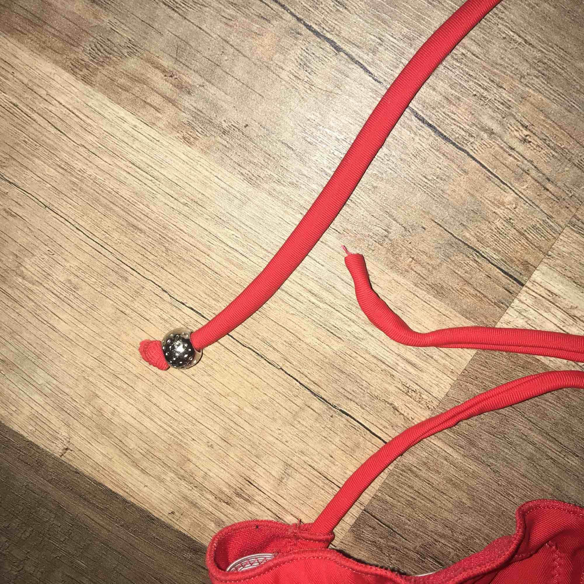 Röd bikinitopp från Nelly. Säljer pga för liten. Tappt kulan på ena snöret därav det låga priset. Frakt tillkommer. 🖤. Övrigt.