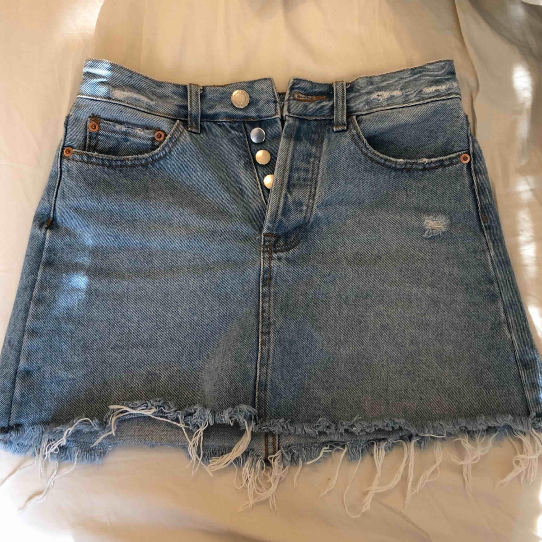 Ljusblå jeanskjol från bershka!! Seriöst finaste jag har!! Älskar den!. Kjolar.