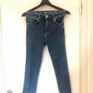 Ett par slim mörkblå jeans från never denim. Köpa för nått år sedan men aldrig riktigt kommit till användning. Köparen står för frakten.