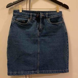 Kort fin kjol från Åhlens 🌸 Perfekt till sommaren!  Storlek 34 men mer som 36. Frakt: 39 kr.