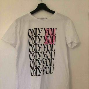 En tshirt från zara Larssons kollektion med nakd. Använd fåtal gånger så skicket är bra. Köparen står för frakten