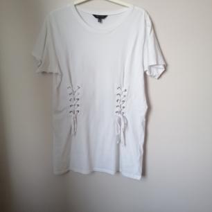 Oversize vit tisha från New look med 2 knyt framtill. Använd ca 3 gånger så typ som ny 👀  Tvättar allt innan det ges. Skickar eller möts i Stockholm 💃