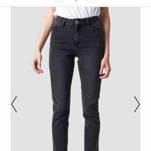 Grå straight jeans från nakd som jag klippt av längst ned för att få det fransigt, så de är lite kortare än vanligtvis, passar mig i längden och jag är 1,60 m lång. Köparen står för frakten