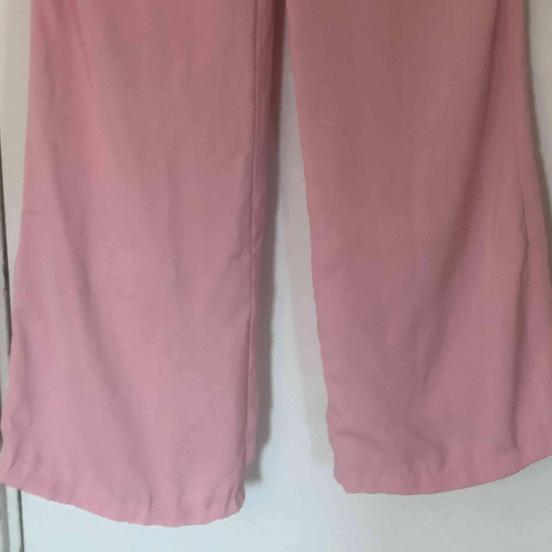 Ett par slutsålda supersnygga flared pants från min favorit designer Kristin Sundberg med nakd. De är uppsydda en liten bit där nere men inget som märks av när de sitter på. Släpar lite i marken för mig som är 1,60 m lång. Köparen står för frakten. Jeans & Byxor.
