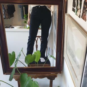Finfina svarta jeans i skönt material🖤 De är ganska långa i benen (jag är 174 cm lång o de är långa för mig). Midjan är hög och sitter som en smäck👌🏽 Fraktar bara och frakten kostar 50 kr💋