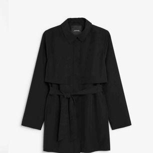 """Säljer denna kortare version av trenchcoat från Monki! Knappt använd, nypris 450kr. Färgen är """"washed black"""" (som bild 1), bild 2 och 3 är bara för att visa passform :) storlek S!"""
